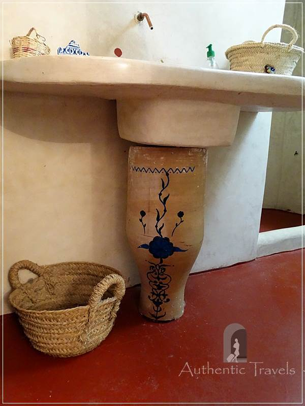 Dar Kamal Chaoui – sink polished with tadelakt and wicker basket