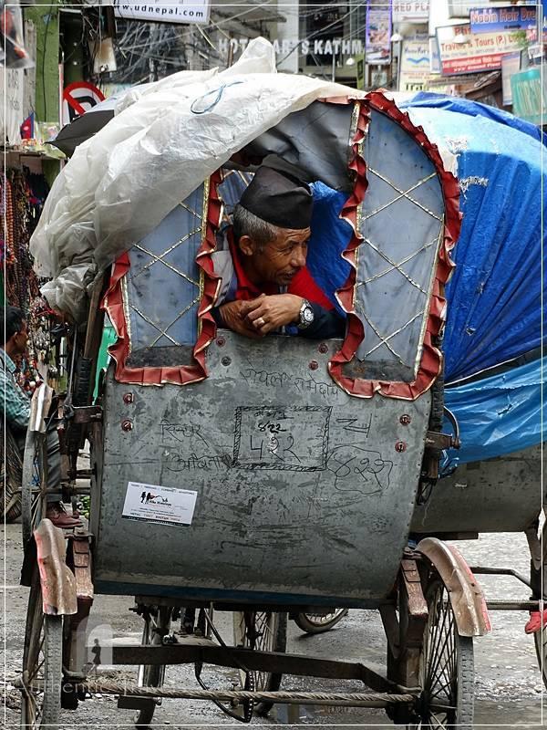 Kathmandu – Thamel: rickshaw driver waiting for his clients