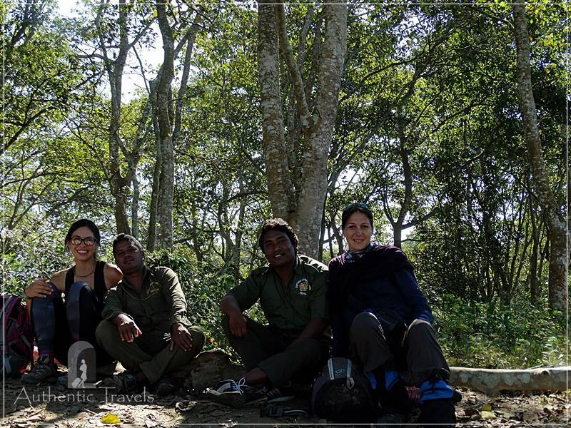 Chitwan - Sauraha: Jungle Walk - lunch break with our guides Ramu and Basanthe