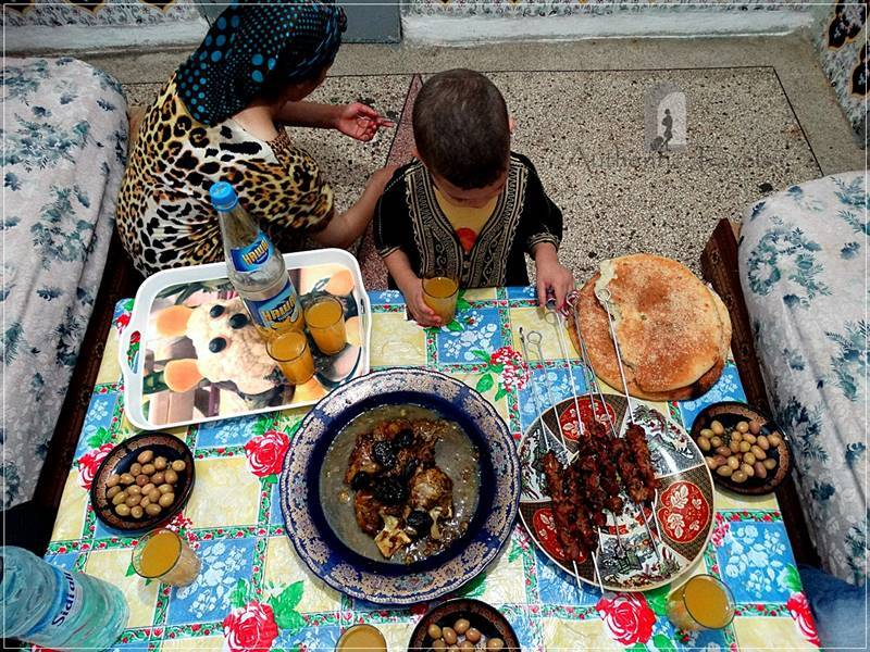 Fes (the Merinids neighborhood): dinner with Mohamed's family (tajine aux pruneaux and mjmar with sheep meat)